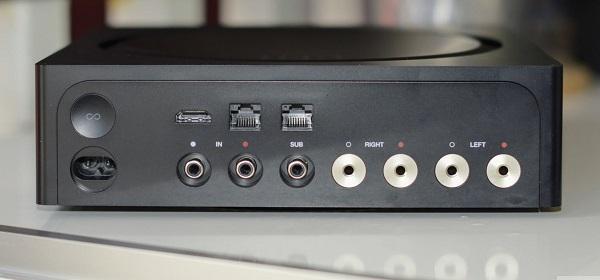 Усилитель Sonos Amp сзади, подключения кабелей